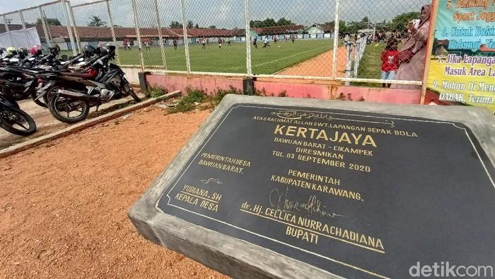 Lapangan Bola Mini Dawuan Barat di Kecamatan Cikampek, Karawang. Dari lapang bertanah merah, kini menjadi lapang berumput standar FIFA.