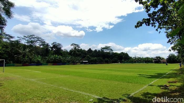 Lapangan bola Galuh Pakuan di i Desa Cigedang, Kecamatan Luragung, yang berjarak sekitar 20 kilometer dari pusat kota Kuningan.