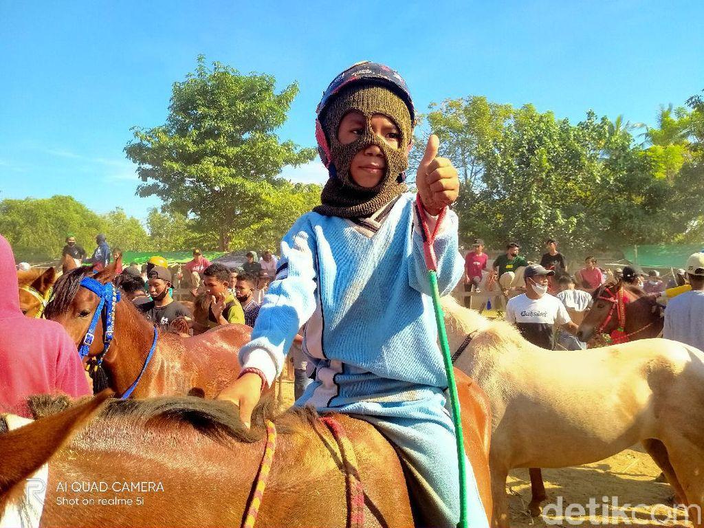 Adu Cepat Joki Cilik di Pacuan Kuda