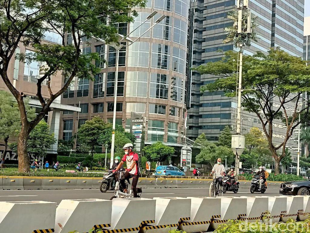 Bandel! Masih Banyak Pesepeda yang Keluar Jalur Gowes di Sudirman-Thamrin