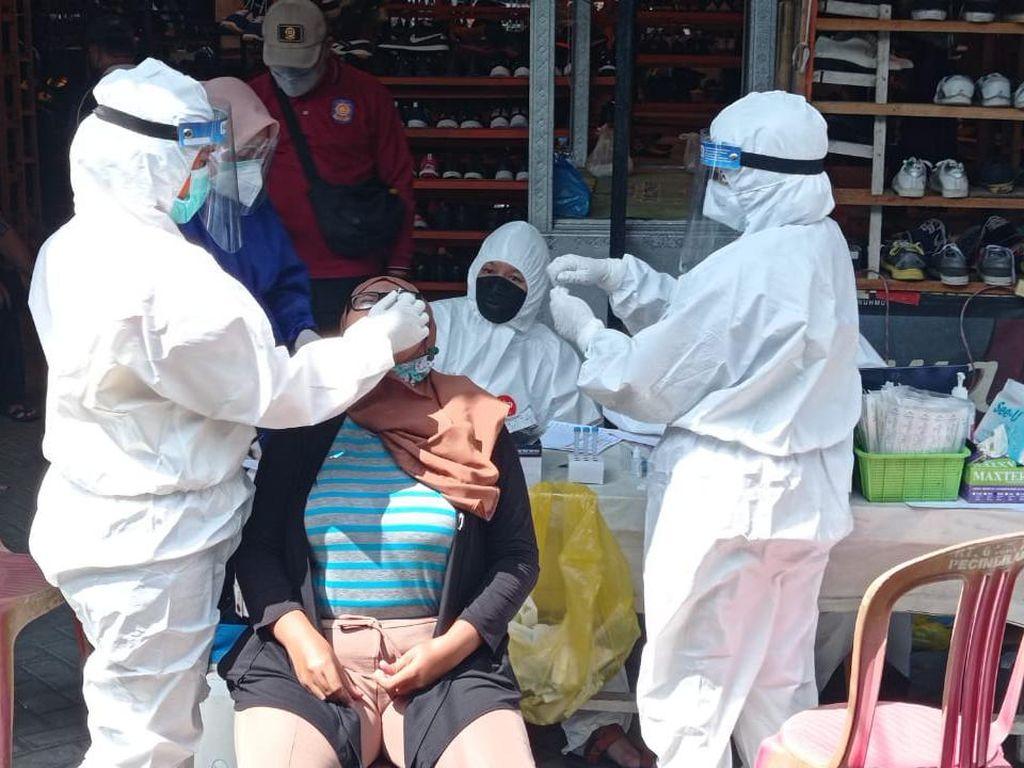 Giliran Ratusan Pedagang Pasar Loak Gembong Surabaya Di-Swab Antigen