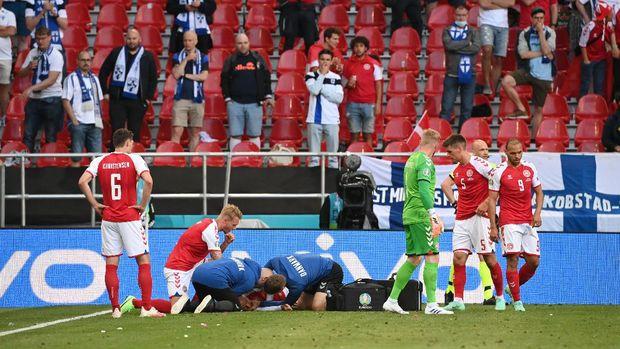 Soccer Football - Euro 2020 - Group B - Denmark v Finland - Parken Stadium, Copenhagen, Denmark - June 12, 2021 Denmark's Christian Eriksen receives medical attention after collapsing during the match Pool via REUTERS/Jonathan Nackstrand