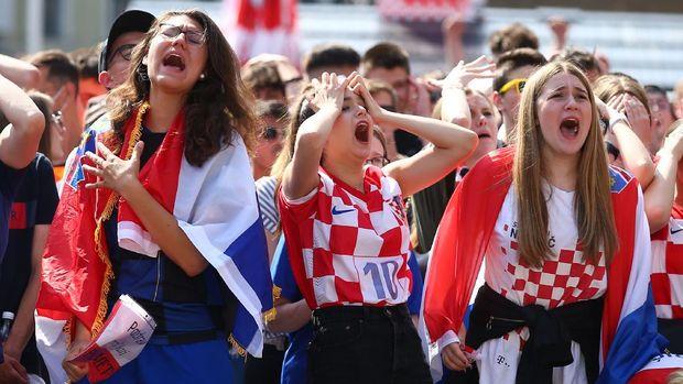 Soccer Football - Euro 2020 - Fans in Croatia watch the Euro 2020 Group D match England v Croatia - Zagreb, Croatia - June 13, 2021 Croatia fans react after England's first goal REUTERS/Antonio Bronic
