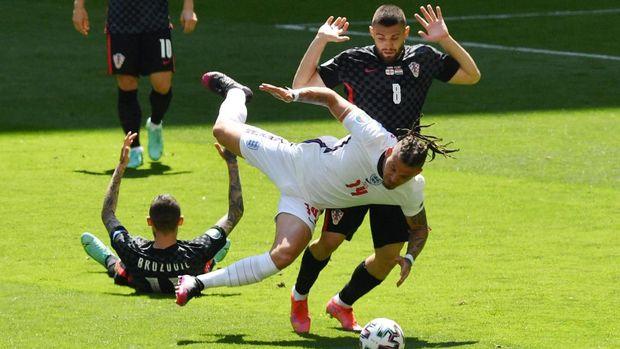 Soccer Football - Euro 2020 - Group D - England v Croatia - Wembley Stadium, London, Britain - June 13, 2021 England's Kalvin Phillips in action with Croatia's Mateo Kovacic Pool via REUTERS/Justin Tallis