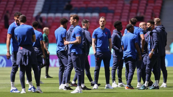 LONDON, ENGLAND - JUNE 13: Jordan Henderson of England looks on as he inspects the pitch with team mates prior to the UEFA Euro 2020 Championship Group D match between England and Croatia at Wembley Stadium on June 13, 2021 in London, England. (Photo by Carl Recine - Pool/Getty Images)