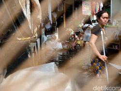 Banjir di Ciputat Surut, Warga Sibuk Bersih-bersih