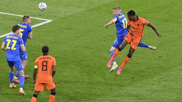 Soccer Football - Euro 2020 - Group C - Netherlands v Ukraine - Johan Cruyff Arena, Amsterdam, Netherlands - June 13, 2021 Netherlands' Denzel Dumfries scores their third goal Pool via REUTERS/Olaf Kraak