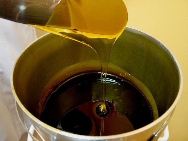 Gula, air, dan perasan lemon merupakan bahan untuk sugaring