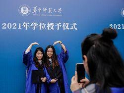 Cerianya Wisudawan di Wuhan Rayakan Kelulusan Tanpa Masker