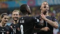 Selebrasi Gol Austria Berujung Alaba Cekik Mulut Arnautovic!