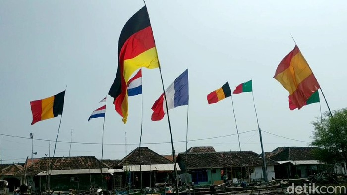 Semarak Euro 2020 terasa hingga kawasan pesisir utara Pasuruan, Jawa Timur. Beragam bendera peserta Piala Eropa 2020 hiasi salah satu desa di Kabupaten Pasuruan