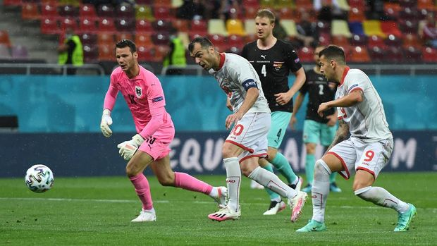 BUCHAREST, ROMANIA - JUNE 13: Goran Pandev of North Macedonia scores their side's first goal past Daniel Bachmann of Austria during the UEFA Euro 2020 Championship Group C match between Austria and North Macedonia at National Arena Bucharest on June 13, 2021 in Bucharest, Romania. (Photo by Daniel Mihailescu - Pool/Getty Images)
