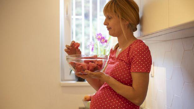 Ibu hamil makan semangka