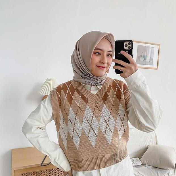 inspirasi fashion dengan cardigan rajut ala Bianca Kartika