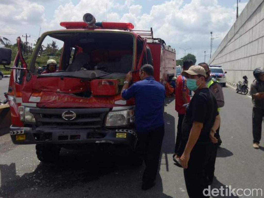 Iring-iringan Mobil Damkar Pekanbaru Tabrakan Saat ke Lokasi Kebakaran
