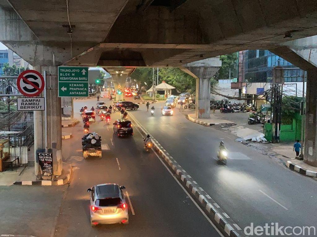 Galian Jl Wolter Monginsidi Ditutup, Lalin Tendean-Blok M Ramai Lancar