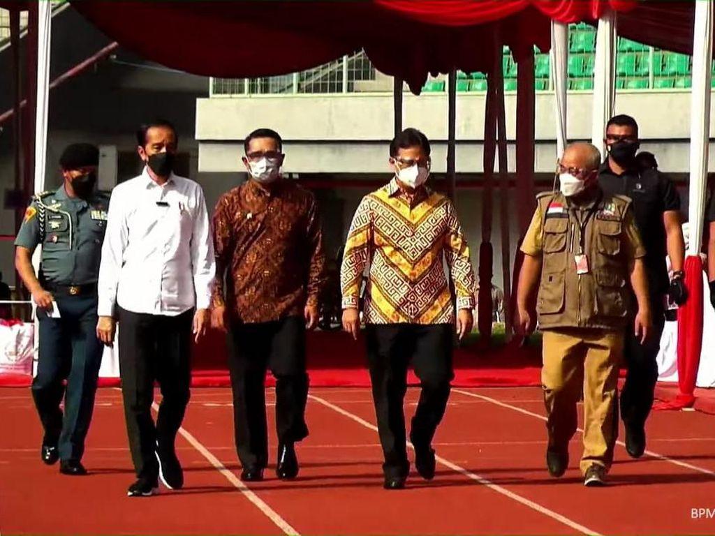Jokowi Cek Vaksinasi Covid-19 di Stadion Patriot: Bisa DiterapkanTempat Lain