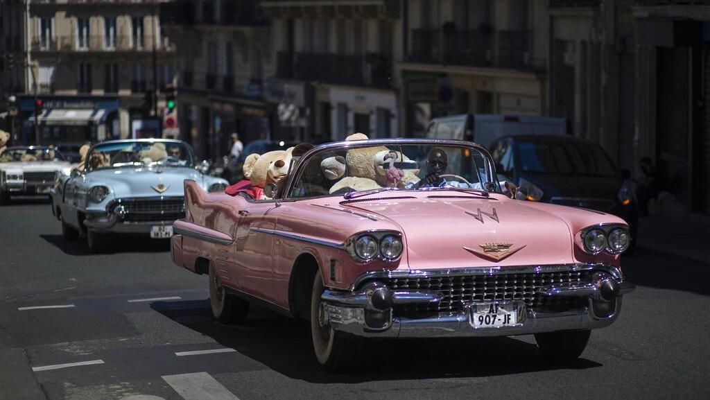 Kala Boneka Beruang Keliling Paris Naik Mobil Tua