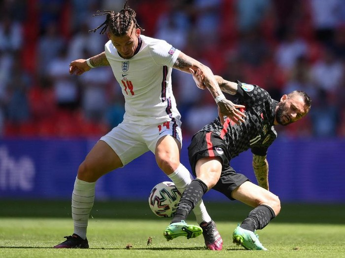 Englands midfielder Kalvin Phillips (L) and Croatias midfielder Marcelo Brozovic vie for the ball during the UEFA EURO 2020 Group D football match between England and Croatia at Wembley Stadium in London on June 13, 2021. (Photo by Laurence Griffiths / POOL / AFP)