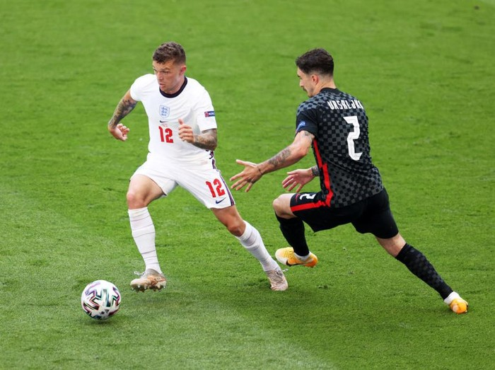 LONDON, ENGLAND - JUNE 13: Kieran Trippier of England runs with the ball whilst under pressure from Sime Vrsaljko of Croatia during the UEFA Euro 2020 Championship Group D match between England and Croatia at Wembley Stadium on June 13, 2021 in London, England. (Photo by Catherine Ivill/Getty Images)