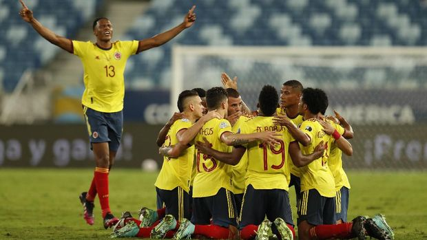 Colombia's Edwin Cardona, behind center, celebrates with teammates after scoring his side's opening goal against Ecuador during a Copa America soccer match at Arena Pantanal stadium in Cuiaba, Brazil, Sunday, June 13, 2021. (AP Photo/Bruna Prado)