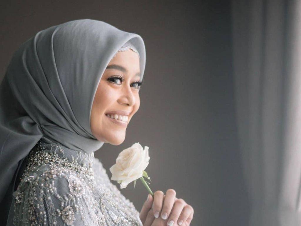 Foto: Lesti Kejora Anggun Berkebaya Abu-abu saat Dilamar Rizky Billar