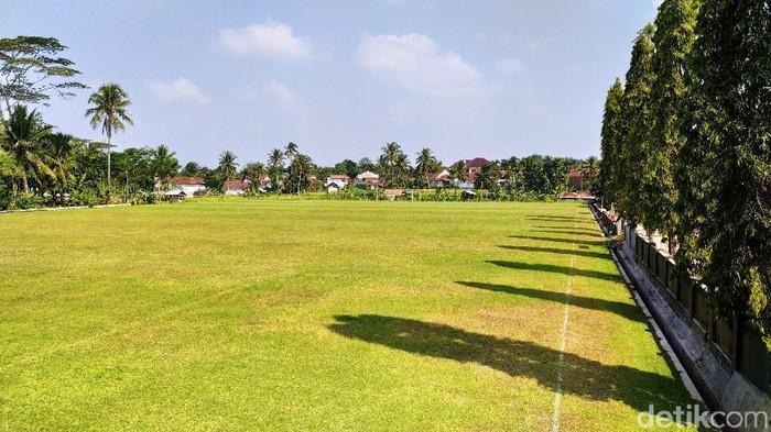 Lapangan Bola Desa, Lapang Gema, di Desa Cimari, Kecamatan Cikoneng, Kabupaten Ciamis, Jawa Barat yang memakai rumput seperti Stadion GBLA.