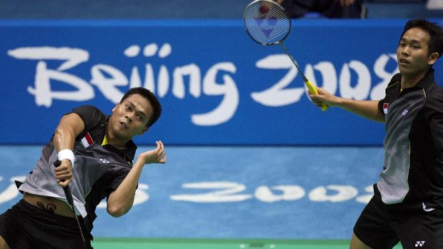 Setiwan Hendra (R) and Kido Markis of Indonesia play against Koo Kien Keat and  Tan Boon Heong of Malaysia in the men's doubles quarter final badminton match of the 2008 Beijing Olympic Games, at the Beijing University of Technology Gymnasium in Beijing on August 13, 2008. Setiwan and Kido won the match 21-19, 21-12.   AFP PHOTO/Indranil MUKHERJEE (Photo by INDRANIL MUKHERJEE / AFP)