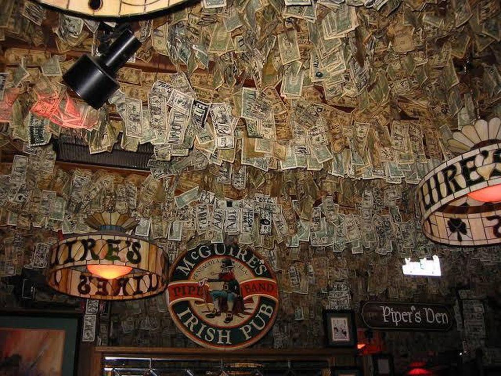 Mewah! Uang Tunai Jutaan Dolar Jadi Dekorasi Pub