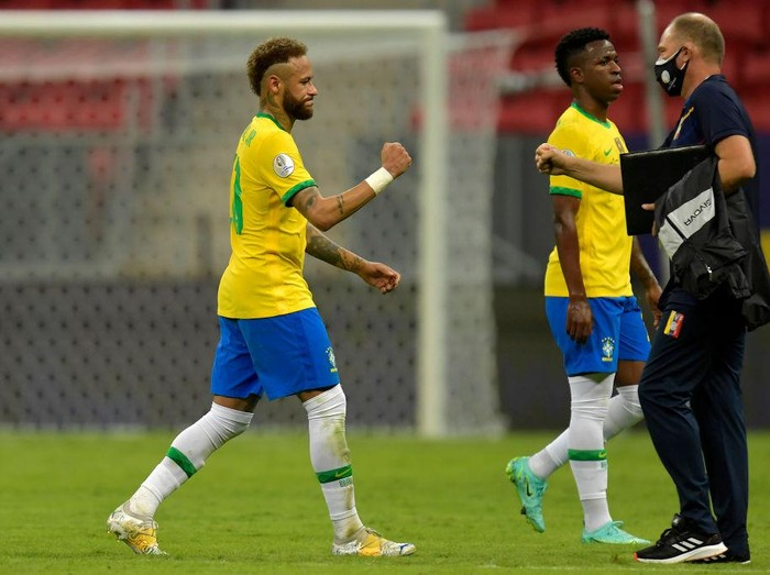 BRASILIA, BRAZIL - JUNE 13: Neymar Jr. of Brazil bumps fists with an assistant coach of Venezuela during a Group B match between Brazil and Venezuela as part of Copa America 2021 at Mane Garrincha Stadium on June 13, 2021 in Brasilia, Brazil. (Photo by Pedro Vilela/Getty Images)