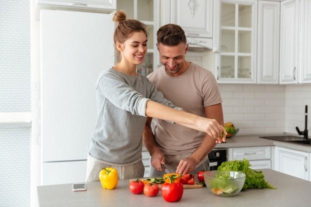 Hubungan yang monoton bisa membuat cepat bosan dan akhirnya terasa hambar. Agar hal tersebut enggak terjadi, cobalah ajak pasanganmu untuk mengeksplor hal baru.