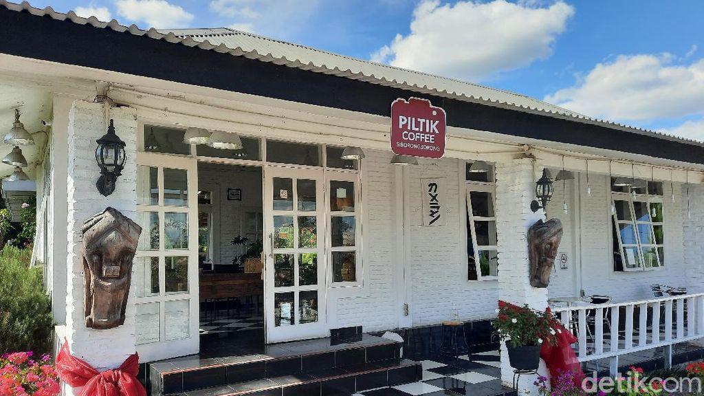 Potret Kafe Minimalis Pinggir Sawah di Kawasan Toba