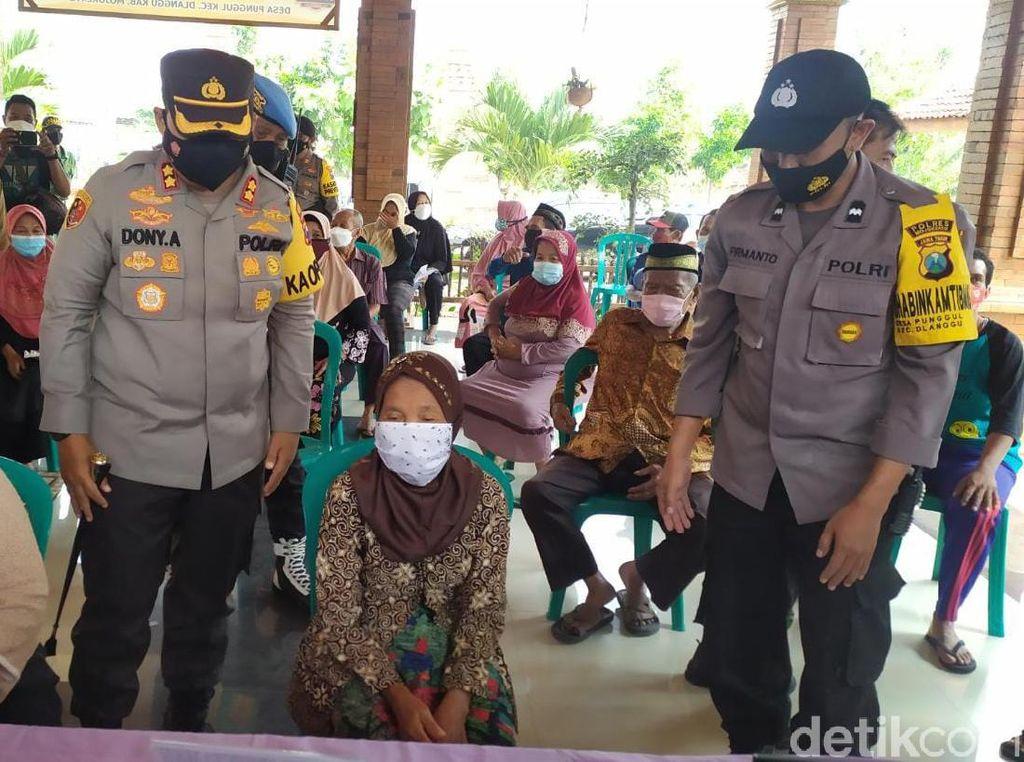 Polisi dan TNI di Mojokerto Antar Jemput Lansia untuk Percepatan Vaksinasi