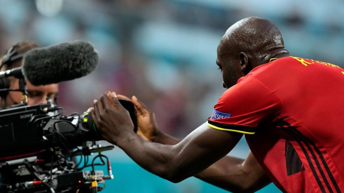 SAINT PETERSBURG, RUSSIA - JUNE 12: Romelu Lukaku of Belgium celebrates after scoring their sides first goal during the UEFA Euro 2020 Championship Group B match between Belgium and Russia on June 12, 2021 in Saint Petersburg, Russia. (Photo by Dmitry Lovetsky - Pool/Getty Images)