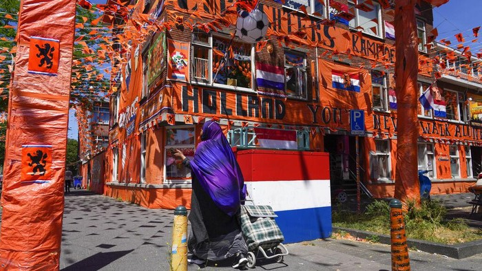 Semarak Euro 2020 turut terlihat di Belanda. Sebuah kota di Negari Kincir Angin itu bahkan dipenuhi warna oranye sebagai dukungan untuk Timnas Belanda.