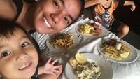 Keseruan Sheila Marcia Makan Pasta bersama Anak-anak Tercinta