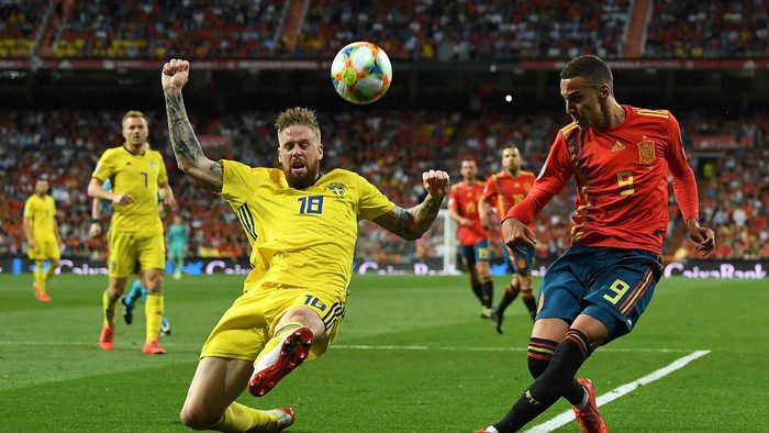 MADRID, SPAIN - JUNE 10:  Pontus Jansson of Sweden challenges Rodrigo of Spain during the 2020 UEFA European Championships group F match between Spain and Sweden at Bernabeu on June 10, 2019 in Madrid, Spain. (Photo by David Ramos/Getty Images)