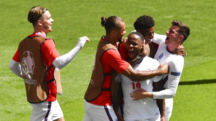 Englands Raheem Sterling, centre, is congratulated by teammates after scoring his teams first goal during the Euro 2020 soccer championship group D match between England and Croatia at Wembley stadium in London, Sunday, June 13, 2021. (AP Photo/Justin Tallis, Pool)