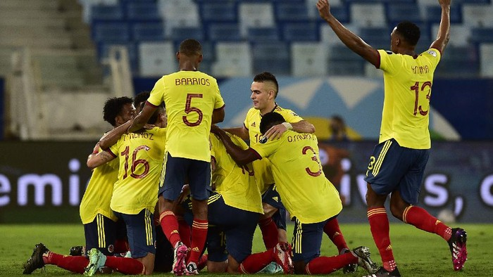 CUIABA, BRAZIL - JUNE 13: Edwin Cardona of Colombia celebrates with teammates after scoring the first goal of his team during a Group B match between Ecuador and Colombia at Arena Pantanal on June 13, 2021 in Cuiaba, Brazil. (Photo by Rogerio Florentino/Getty Images)