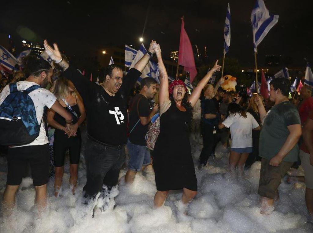 Warga Israel Ramai-ramai Rayakan Lengsernya Benjamin Netanyahu