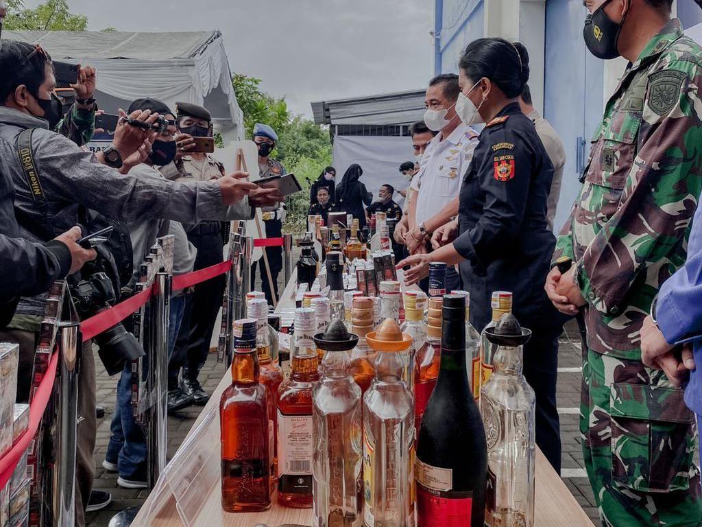 Bea Cukai Denpasar Musnahkan Ratusan Botol Miras-Liquid Vape Ilegal