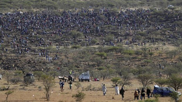 Fortune seekers are seen flocking to the village after pictures and videos were shared on social media showing people celebrating after finding what they believe to be diamonds, in the village of KwaHlathi outside Ladysmith, in KwaZulu-Natal province, South Africa, June 14, 2021. REUTERS/Siphiwe Sibeko