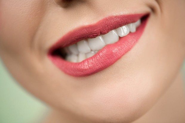 gigit bibir