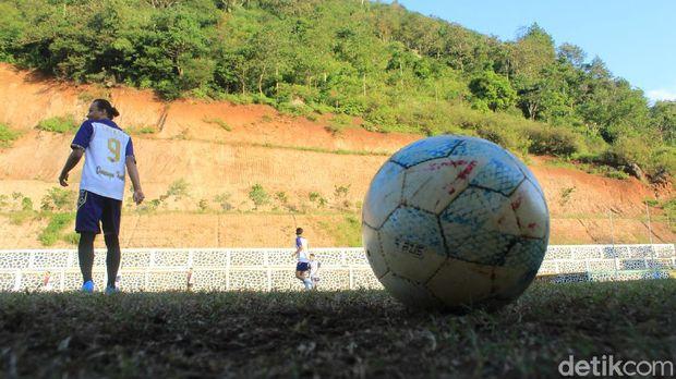 Lapangan sepakbola di Desa Nagreg Kendan, Kecamatan Nagreg, Kabupaten Bandung, ini memiliki keunikan karena lahir dari mengeruk bukit.