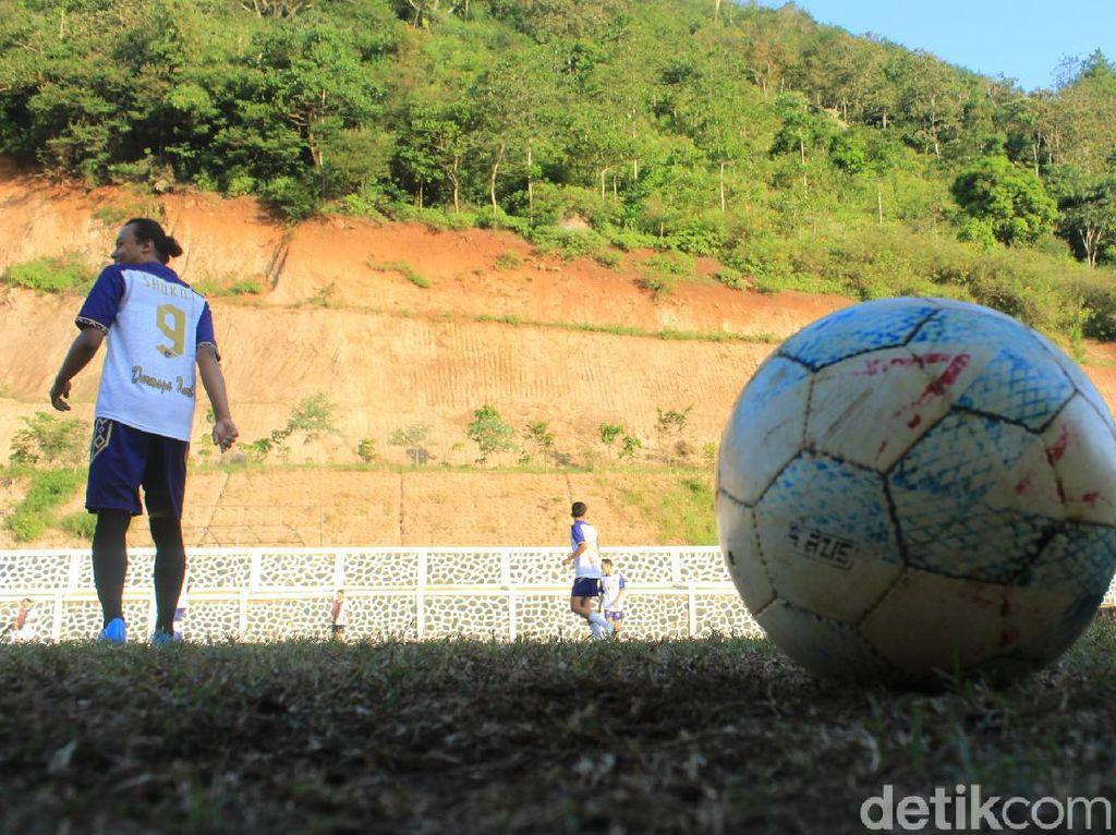 Potret Lapangan Bola Unik yang Lahir di Kaki Bukit Nagreg