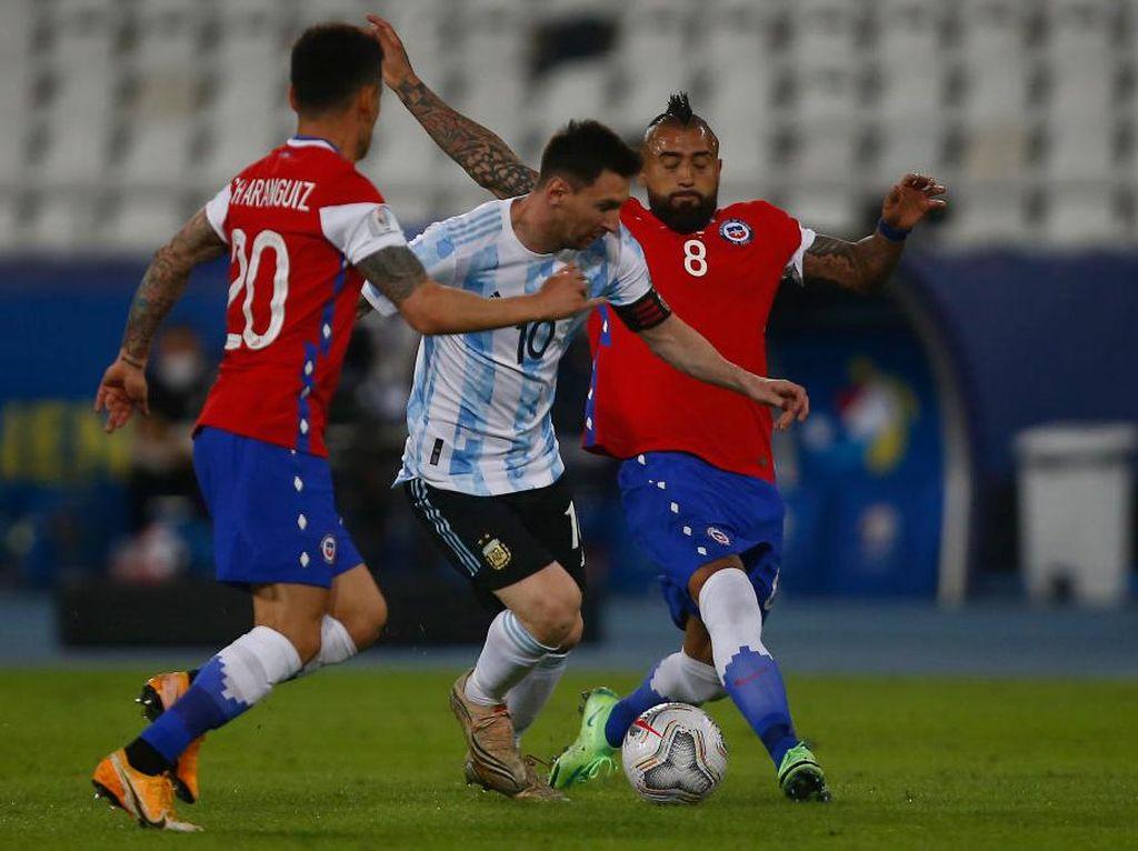 Arturo Vidal Sebut Lionel Messi Memang Selalu Bikin Repot