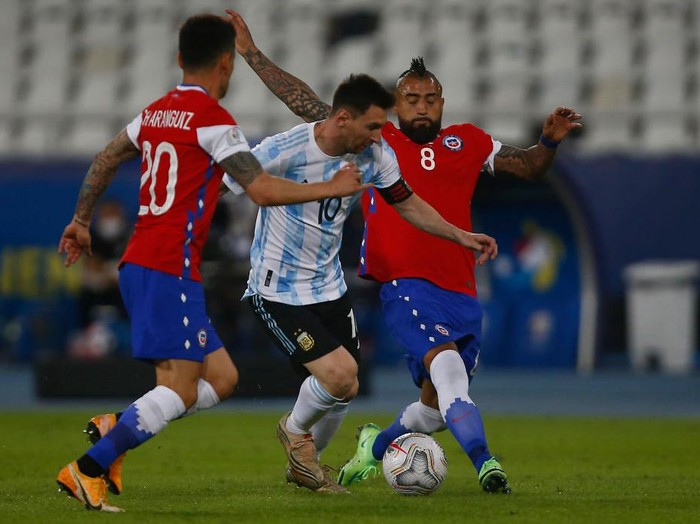 RIO DE JANEIRO, BRAZIL - JUNE 14: Lionel Messi of Argentina competes for the ball with Charles Aránguiz (L) and Arturo Vidal (R) of Chile during a Group A match between Argentina and Chile at Estadio Olímpico Nilton Santos as part of Copa America Brazil 2021 on June 14, 2021 in Rio de Janeiro, Brazil. (Photo by Wagner Meier/Getty Images)