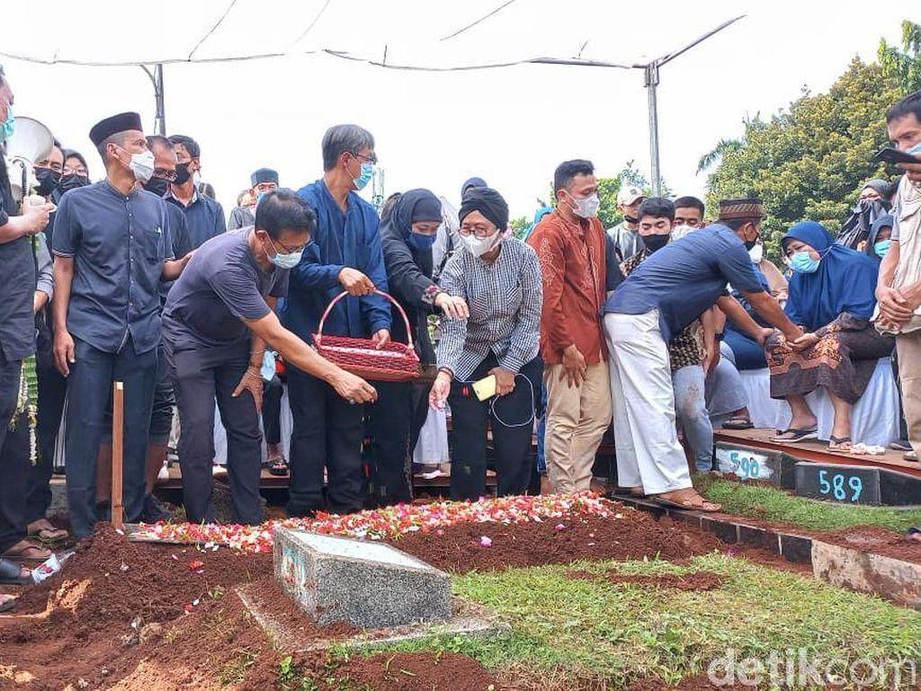 Markis Kido Sudah Dikebumikan di TPU Kebon Nanas