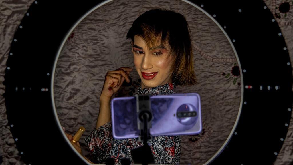 Mengintip Potret Keseharian Transgender di Kashmir