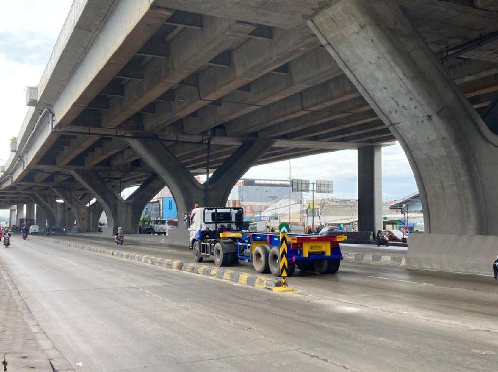 Rambu Pembatas Jalan di Depan Halte Airin Cilincing Telah Terpasang